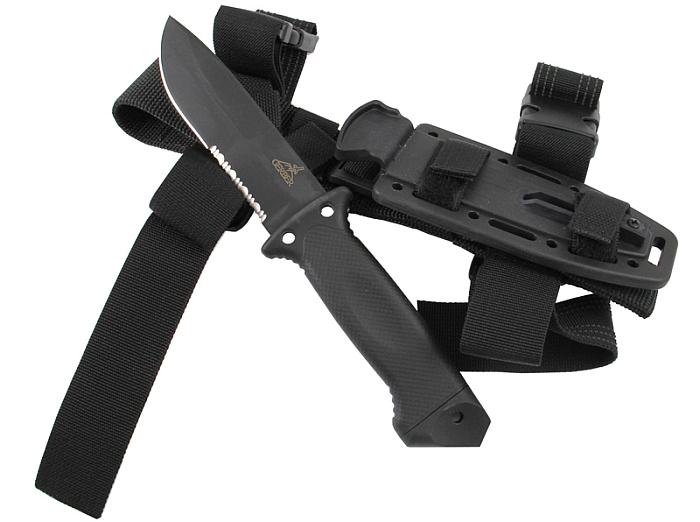 Das Gerber LMF II Infantry Black mit seiner Scheide aus Kydex und ballistischem Nylon